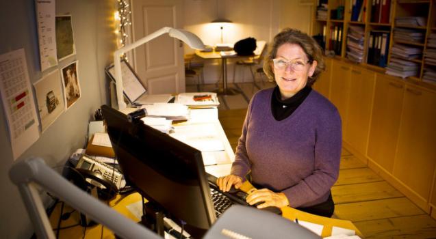 Stiftskontorchef Helle Ostenfeld ved computeren ved sit skrivebord