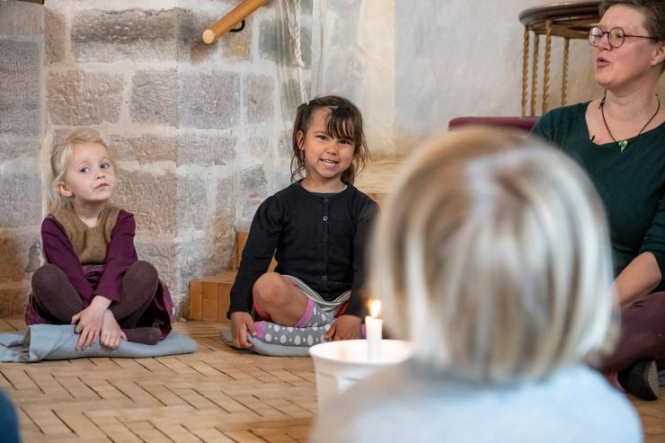 Sognepræst Lise Dürr sammen med børn fra børnehaven i Bodilsker på Bornholm