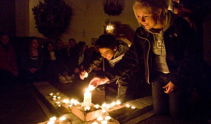 To unge i færd med at tænde lyse