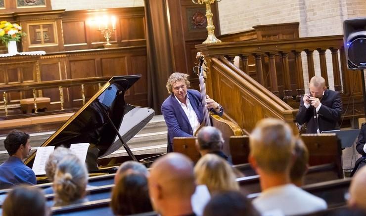 Stemningsbillede fra koncert i kirke med publikum forrest