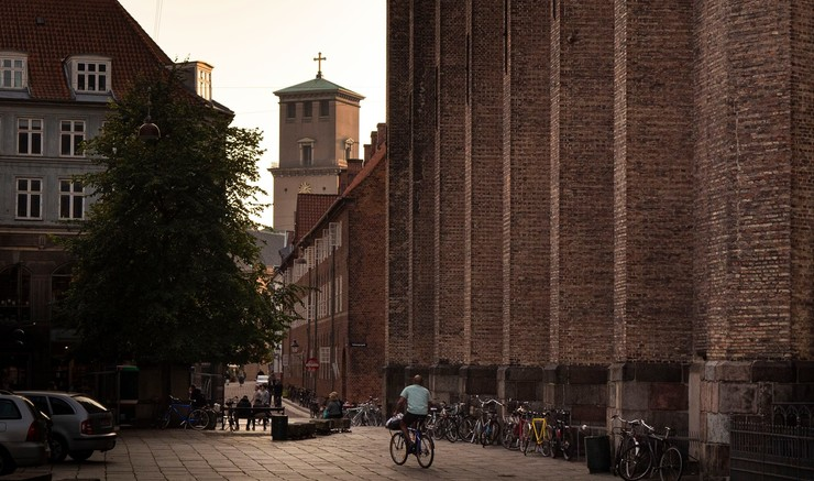 Vor Frue Kirkes tårn og siden af Trinitatis Kirke