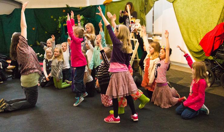 En gruppe børn strækker sig og hopper