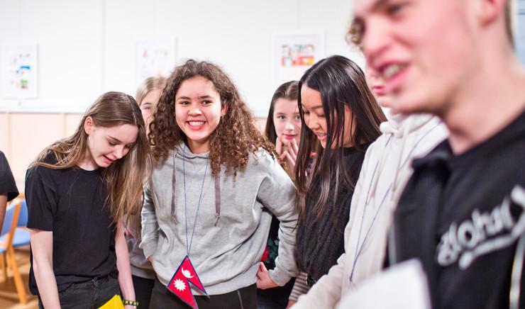 En gruppe unge i færd med at løse en opgave