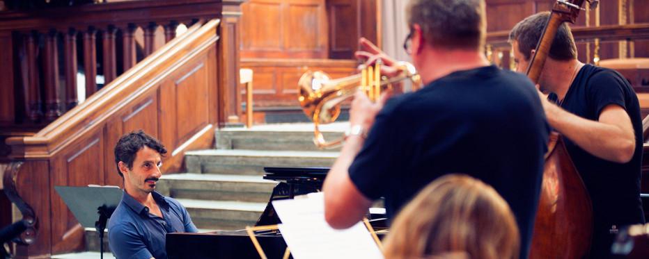 Foto fra TirsdagsJAZZ i Eliaskirken. Tre musikere er i færd med at spille. Foto: Sille Arendt