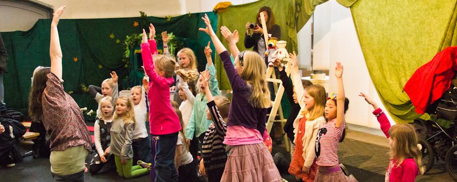 en gruppe børn strækker sig og danser