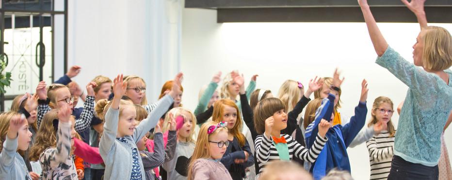 Børn der synger og danser